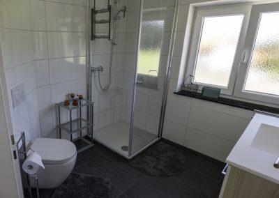 modernes & helles Badezimmer